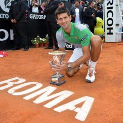 VINCITORE di 4 trofei agli Internazionali d'Italia Novak Đoković Belgrado, 22 maggio 1987) è un tennista serboÈ l'attuale numero 1 del mondo in singolare nella classifica stilata settimanalmente dall'ATP, posizione mantenuta per un totale di 196 settimane. Considerato uno dei più grandi giocatori della storia del tennis[2][3][4][5] tra il 2000 e il 2015 è il quarto giocatore dietro a Roger Federer, Pete Sampras e Rafael Nadal ad aver raggiunto la doppia cifra negli slam con la vittoria degli US Open 2015Djokovic ha vinto 11 titoli del Grande Slam28 tornei Masters 1000la medaglia di bronzo ai Giochi olimpici di Pechino 2008 e una Coppa Davis con la Serbia. VINCITORE di 4 trofei agli Internazionali d'Italia -  2008 vs Stanislas Wawrinka - 2011 vs Rafael Nadal (ESP) - 2014 vs Rafael Nadal (ESP) 2015 vs Roger Federer (SWI)