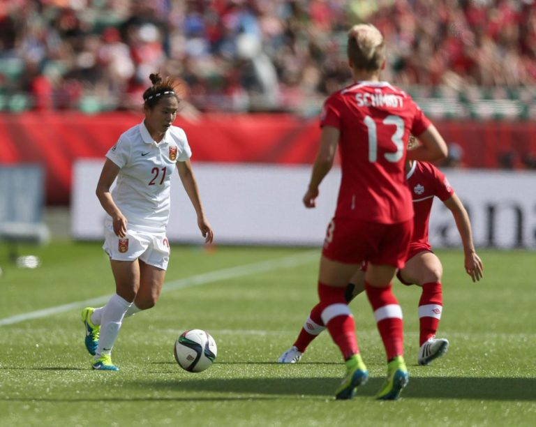 (150606) -- EDMONTON, June 6 , 2015 (Xinhua) -- China's Wang Lisi (L) vies for the ball with Canada's Sophie Schmidt during the opening match of FIFA Women's World Cup Canada 2015 at Commonwealth Stadium in Edmonton, Canada, on June 6, 2015.  (Xinhua/Qin Lang)
