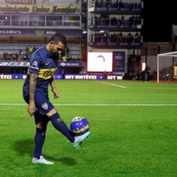 Argentina's Carlos Tevez plays with a ball during his presentation as new Boca Juniors' player at La Bombonera stadium in Buenos Aires July 13, 2015.  REUTERS/Marcos Brindicci