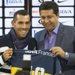 (150714) -- BUENOS AIRES, July 14, 2015 (Xinhua) -- Argentinean soccer player Carlos Tevez (L) poses with the President of Boca Juniors Daniel Angelici during his presentation as player of Boca Juniors in the Alberto J. Armando Stadium in the city of Buenos Aires, capital of Argentina, on July 13, 2015. (Xinhua/Martin Zabala)