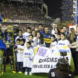 (150714) -- BUENOS AIRES, July 14, 2015 (Xinhua) -- Argentinean soccer player Carlos Tevez (C) poses with children during his presentation as player of Boca Juniors in the Alberto J. Armando Stadium in the city of Buenos Aires, capital of Argentina, on July 13, 2015. (Xinhua/Martin Zabala)