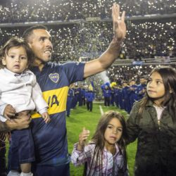 (150714) -- BUENOS AIRES, July 14, 2015 (Xinhua) -- Argentinean soccer player Carlos Tevez greet the audience during his presentation as player of Boca Juniors in the Alberto J. Armando Stadium in the city of Buenos Aires, capital of Argentina, on July 13, 2015. (Xinhua/Martin Zabala)