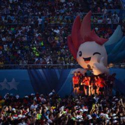 (150714) -- GWANGJU, July 14, 2015 (Xinhua) --   Athletes take a photo with a huge mascot during the closing ceremony of 2015 Summer Universiade at the Gwangju World Cup Stadium in Gwangju, South Korea, on July 14, 2015. (Xinhua/Tao Xiyi)(wll)