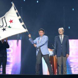 (150714) -- GWANGJU, July 14, 2015 (Xinhua) --  Ko Wen-Je, mayor of Taipei the host of the next Summer Universiade in 2017, waves the Universiade Flag during the closing ceremony of 2015 Summer Universiade at the Gwangju World Cup Stadium in Gwangju, South Korea, on July 14, 2015. (Xinhua/Bai Xuefei)(wll)