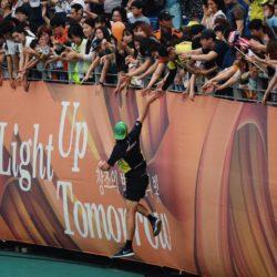 (150714) -- GWANGJU, July 14, 2015 (Xinhua) --  An athlete claps with spectators during the closing ceremony of 2015 Summer Universiade at the Gwangju World Cup Stadium in Gwangju, South Korea, on July 14, 2015. (Xinhua/Tao Xiyi)(wll)
