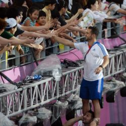 (150714) -- GWANGJU, July 14, 2015 (Xinhua) --  A French athlete on his teammate's shoulder claps with spectators during the closing ceremony of 2015 Summer Universiade at the Gwangju World Cup Stadium in Gwangju, South Korea, on July 14, 2015. (Xinhua/Tao Xiyi)(wll)