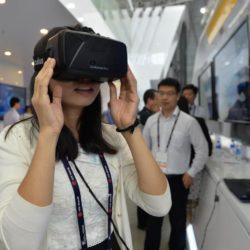 (150717) -- SHANGHAI, July 17, 2015 (Xinhua) -- A visitor experiences a 3D simulation equipment during the Mobile World Congress Shanghai in Shanghai, east China, July 17, 2015. The Mobile World Congress Shanghai was held here from July 15 to July 17.  (Xinhua/Liu Xiaojing) (zwx)