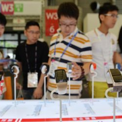 (150717) -- SHANGHAI, July 17, 2015 (Xinhua) -- People watch smart hand rings during the Mobile World Congress Shanghai in Shanghai, east China, July 17, 2015. The Mobile World Congress Shanghai was held here from July 15 to July 17.  (Xinhua/Liu Xiaojing) (zwx)
