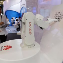 (150717) -- SHANGHAI, July 17, 2015 (Xinhua) -- A robert painter paints pictures in the orders of controller during the Mobile World Congress Shanghai in Shanghai, east China, July 17, 2015. The Mobile World Congress Shanghai was held here from July 15 to July 17.  (Xinhua/Liu Xiaojing) (zwx)