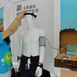 (150717) -- SHANGHAI, July 17, 2015 (Xinhua) -- An exhibitor adjusts a brainwave instrument during the Mobile World Congress Shanghai in Shanghai, east China, July 17, 2015. The Mobile World Congress Shanghai was held here from July 15 to July 17.  (Xinhua/Liu Xiaojing) (zwx)