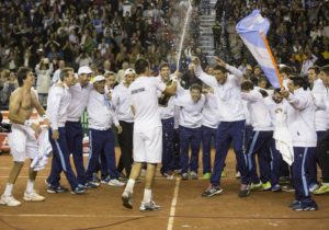 (150719) -- VILLA MARTELLI, July 19, 2015 (Xinhua) -- Argentina's tennis players and the coaching staff celebrate after defeating Serbia's tennis players Viktor Troicki and Nenad Zimonjic, at the end of their Davis Cup World Group quarterfinal doubles tennis match, at Tecnopolis stadium in Villa Martelli, Buenos Aires, Argentina on July 18, 2015. (Xinhua/Martin Zabala)