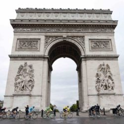The pack of riders, including Team Sky rider Chris Froome of Britain (C), the leader's yellow jersey, ride near the Arc de Triomphe during the 109.5-km (68 miles) final 21st stage of the 102nd Tour de France cycling race from Sevres to Paris Champs-Elysees, France, July 26, 2015.   REUTERS/Pascal Rossignol