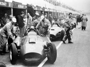 La Presse- Germania 1956, la Ferrari di Eugenio Castellotti ai box nel corso delle prove