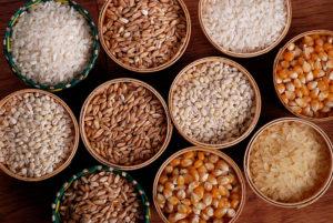 piccole ceste con cereali assortiti
