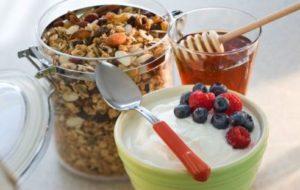 yogurt intero, cereali, miele e frutti di bosco