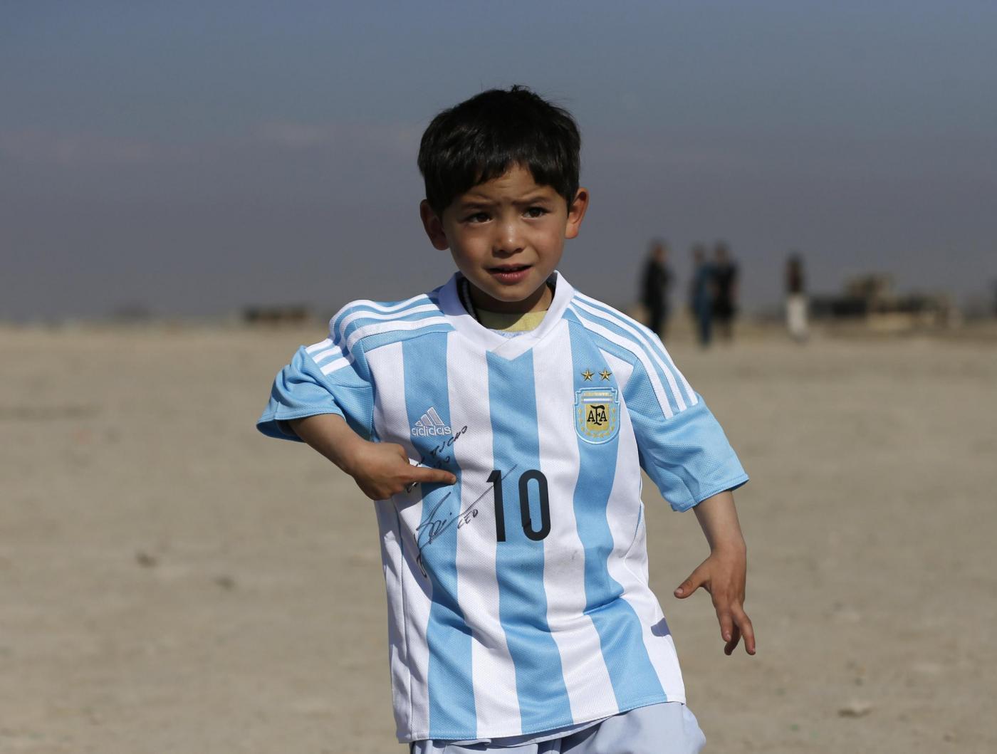 Il bambino afgano realizza il suo sogno e abbraccia l'argentino