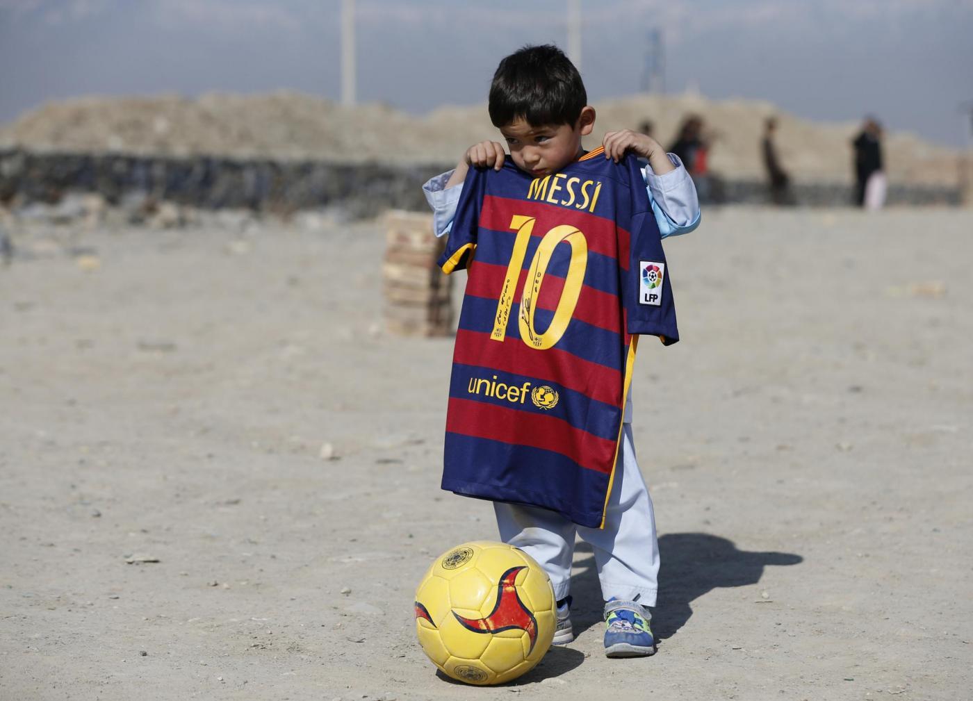 Barcellona: il bimbo afgano Murtaza incontra Leo Messi