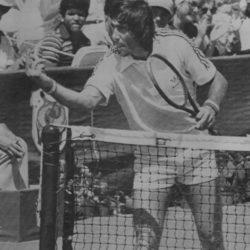 """Ilie Năstase  è stato un tennista rumeno vincitore degli US Open e del Roland Garros ed ex numero 1 del ranking del tennis mondiale. Giocatore destro dotato di forza fisica, Năstase venne definito giocatore a tutto campo. Si caratterizzò per lo straordinario talento tecnico e la grande fantasia di gioco. Lo stesso Björn Borg dichiarò che gli riusciva difficile contrastarlo perché non sapeva mai cosa potesse fare. Aggressivo, clownesco, scorretto, assolutamente adorabile. Aveva tutti i colpi anche quelli di testa. """"Fare arrabbiare gli avversari era parte della strategia. Nessuno mi ha mai capito. Per voi intelligenti è facile essere intelligenti. Allora provatevi a immaginare com'è facile per me, un balordo, essere balordo"""". Scendeva in campo e giocava con grinta spaventosa abbinando al talento un pizzico di furbizia."""
