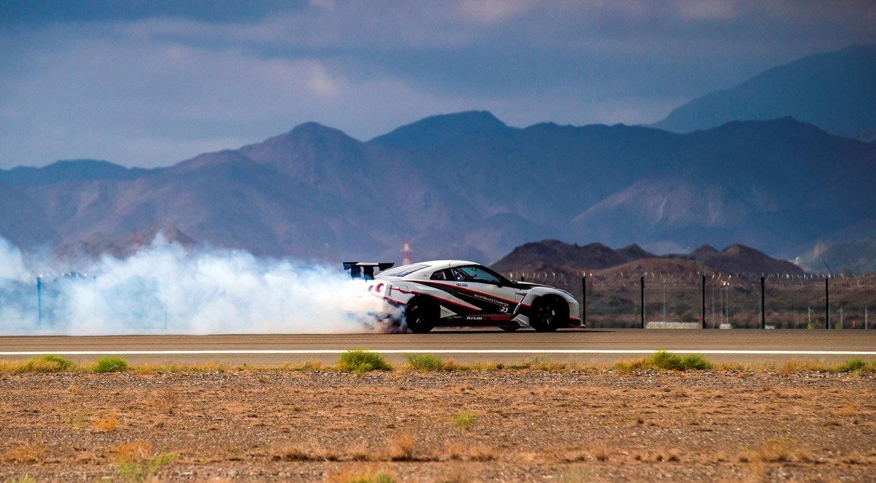Derapata record a 304,96 km/h — Nissan GT-R