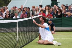 """Goran Ivanisevic mancino carattere lunatico e soprannominato """"Cavallo Pazzo"""" per la capacità di perdere partite già vinte. Nel 2001 Ivanisevic divenne così il giocatore di classifica più bassa (n.125) e l'unica wild card della storia di Wimbledon a vincere il prestigioso torneo britannico."""
