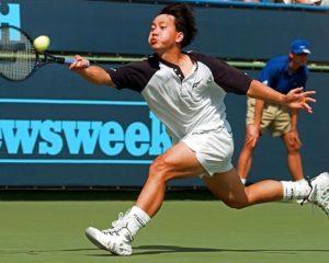 """Micheal Chang """"il Predestinato"""". Pur essendo statunitense, Chang è stato l'ambasciatore del tennis asiatico. Nel 1989 più giovane giocatore di tennis ad aver vinto il torneo parigino (17 anni e poco più di tre mesi) Si ricorda la battuta dal basso contro Lendl; fu lui a introdurre la consuetudine, tuttora diffusa tra i tennisti, di mangiare banane nelle pause tra un gioco e l'altro, per prevenire i crampi tramite l'assunzione di potassio"""