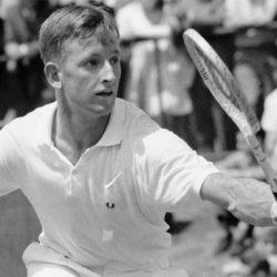 """Rod Laver , australiano detiene il record di circa 200 titoli conquistati in carriera, di professione macellaio, era tanto appassionato di tennis da farsi costruire, nel giardino di casa, un campo in terra.  È stato numero uno al mondo per sette anni consecutivi, vincendo su tutte le superfici dell'epoca ed è stato l'unico giocatore nella storia del tennis, ad aver completato due Grande Slam in singolare, prima come dilettante, nel 1962, e poi come professionista nel 1969. Ottimo serve & volley e veloce  aveva sviluppato molto i muscoli dell'avambraccio, cosa che gli permetteva di coniugare la potenza alla rapidità di esecuzione dei colpi. . E' risultato essere vincente su tutte le superfici era talmente paziente da rimanere parecchie ore a palleggiare in attesa di potersi aprire il campo per piazzare l'attacco finale. Come Laver stesso amava dire,"""" quando si gioca sulla terra, bisogna ricordarsi di portare con sé la colazione""""."""