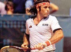Guillermo Vilas ha vinto un totale di 920 incontri su 1201 disputati. Attualmente risulta al quarto posto della classifica dei tennisti con il maggior numero di vittorie dopo Connors (1243), Lendl (1071) e recentemente è stato superato anche da Federer. Negli anni settanta  raggiunge l'apice della sua carriera e nel 1977 mette la sua firma  vincendo l'accoppiata Roland Garros-Us Open. Vilas amava giocare da fondo campo scendendo molto raramente a rete e privilegiava i colpi di rimbalzo; giocatore mancino, abilissimo sulla terra rossa si differenziava tuttavia dalla maggior parte dei regolaristi per il suo uso del rovescio ad una sola mano . Playboy dalle mille facce si ricorda la rocambolesca e romantica fuga d'amore con la giovane ed irrequieta Carolina di Monaco.