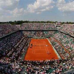 """5. L'impianto è dedicato alla memoria di Roland Garros, aviatore ed eroe francese della prima guerra mondiale, primo pilota a sorvolare il Mar Mediterraneo e primo a installare una mitragliatrice """"frontale"""" sugli aerei da combattimento. La struttura è stata inaugurata nel 1928. È il campo più importante del secondo Slam stagionale, il Roland Garros , teatro nei mesi di maggio e giugno degli Open di Francia, uno dei quattro tornei del Grande Slam nonché principale torneo tennistico su terra rossa.  I campi da tennis principali sono il Philippe Chatrier che ospita 15.166 spettatori, il Suzanne Lenglen e il Court 1. Nel 2001 lo stadio, fino ad allora conosciuto come """"Court Central"""", fu intitolato alla memoria di Philippe Chatrier, presidente dal 1973 al 1993 della Federazione tennistica francese. Nel 2010 ognuna delle quattro tribune è stata dedicata ad uno dei """"Quattro moschettieri"""" del tennis francese, Jacques Brugnon, Jean Borotra, Henri Cochet e René Lacoste che dominarono il tennis negli anni '20 e '30."""