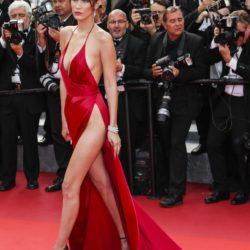 Federico Bernini/ LaPresse - Bella Hadid con un vestito rosso mozzafiato: super scollature che gli sono valse un incidente sexy