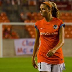 8. Melissa Susanne Henderson (nata il 23 Agosto del 1989) è una centrocampista offensiva e milita negli Houston Dash.