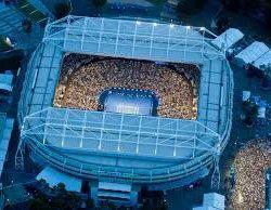 6. La Rod Laver Arena è una parte del complesso di Melbourne Park, situato nella città di Melbourne, nella regione del Victoria in Australia. Con 15.000 posti  è lo stadio principale in cui si svolgono gli Australian Open di tennis fin dal 1988, quando la loro locazione è stata spostata dall'ormai fatiscente Kooyong Stadium. L'arena è stata battezzata ufficialmente nel 2000 in onore di Rod Laver, tre volte vincitore degli Australian Open, ultimo uomo a realizzare il Grande Slam, nonché uno dei più grandi tennisti di tutti i tempi.L'arena presenta un tetto mobile, che permette agli atleti di continuare a giocare sia con la pioggia sia in situazioni di caldo estremo. Inoltre è stata dotata del sistema elettronico noto come Occhio di Falco, che permette di verificare la correttezza delle decisioni arbitrali.