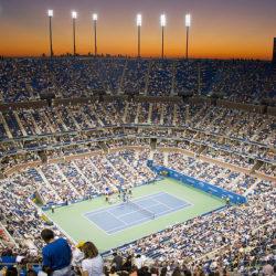 """1 E' il campo più grande del mondo. 23.200 spettatori per il centrale degli Us Open di New York intitolato al primo tennista di colore della storia del gioco, Ashe appunto, che vinse la prima edizione del torneo aperta ai professionisti nel 1968 e morì di Aids per colpa di una trasfusione nel 1993, a soli 49 anni .""""Il tennis è uno sport prevalentemente bianco e io provo che i neri lo possono fare altrettanto bene!""""Inaugurato nel 1997, l'Arthur Ashe Stadium rimpiazzò il Louis Armstrong Stadium, come campo centrale del torneo. Lo Stadio che costò 254 milioni di $ per la costruzione, presenta 22.547 posti a sedere individuali, 90 suites di lusso, 5 ristoranti e un salone per i tennisti a due livelli, rendendolo il più grande campo di tennis all'aperto mai costruito al mondo (fonte Wikipedia)"""