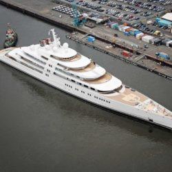 Azzam - 600 milioni di dollari. Realizzato dalla Lussern Yacht l'Azzam è attualmente il panfilo più lungo del mondo, primato che ha strappato all'Eclipse. L'Azzam è infatti lungo ben 180 metri