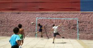 bambini calcio cortile
