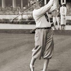 """5. Bobby Jones (Atlanta, 17 marzo 1902 – Georgia, 18 dicembre 1971) è stato un golfista statunitense. Fu il fondatore dell'Augusta National World Club e cofondatore del suo famoso Torneo Master (Augusta Master). Di gracile costituzione da bambino comincia a giocare mostrando subito talento. A soli 14 anni partecipa allo U.S. Amateur Championship. Non tralascia lo studio, laureandosi due volte: in ingegneria e in letteratura. Diventa poi avvocato e si dedica al golf come non professionista. Durante il suo picco di forma dal 1923 al 1930, dominò le competizioni per """"dilettanti"""" (amateur) con numerosi successi anche in quelle aperte anche ai professionisti. Nel 1930 fece il Grande Slam, unico nella storia del golf, vincendo tutti i Major di allora: l'Open Championship, il campionato britannico per dilettanti The Amateur Championship, lo U.S. Open e lo U.S. Amateur, campionato per dilettanti statunitense. Si ritirerà a 28 anni al culmine della sua carriera. Durante la seconda guerra mondiale fu maggiore dell'aviazione USA. È a vario titolo considerato tra i primi golfisti di tutti i tempi."""