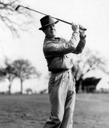 """10. Harry Vardon (9 maggio 1870 – 20 marzo 1937) è stato un golfista inglese. Vincitore di molti tornei, tra cui per ben sei volte il British Open (record tuttora imbattuto), è considerato uno dei più grandi giocatori di tutti i tempi.  Nel 1900 vinse l'U.S. Open, mentre nel 1913 arrivò secondo, battuto dal giovanissimo amateur Francis Ouimet, come pure nel 1920, dietro Ted Ray.  Nel 1914 vinse il suo ultimo The Open Championship. Pubblicò il libro sul gioco del golf: """"The Gist of Golf"""".  Nel 1974 il suo nome è stato inserito nella World Golf Hall of Fame. Nel 2005 l'attore Stephen Dillane ha interpretato il noto golfista nel film """"Il più bel gioco della mia vita. È ricordato anche per il grip (il modo di impugnare il bastone da golf chiamato Vardon grip, impugnato in cima con entrambe le mani) da lui usato per la prima volta in un ambito professionistico (ma ideato da Johnny Laidlay, un giocatore dilettante scozzese), quindi diffuso in tutto il mondo. Questo grip è utilizzato ancora oggi dal 90% dei giocatori di ogni livello."""