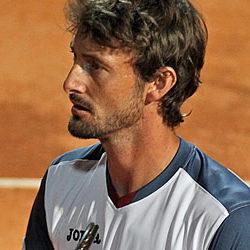 2001- Juan Carlos Ferrero, detto Mosquito (Ontinyent, 12 febbraio 1980), è un ex tennista spagnolo, ex numero 1 del ranking mondiale ATP, ha raggiunto questa posizione a seguito della vittoria al Roland Garros nel 2003 e della sconfitta in finale agli US Open dello stesso anno. Viene soprannominato 2001 Mosquito (zanzara) per la velocità e il fisico agile e scattante. Alla fine del 2009, la carriera da professionista di Ferrero risulta essere caratterizzata da un record di 421 vittorie e 225 sconfitte in singolare; e da 4 vittorie e 23 sconfitte in doppio. Il suo montepremi totale vinto in carriera fino a questa data risulta essere quantificato in 12.588.898 dollari. Vincitore in finale nel 2001 al Foro Italico contro Gustavo Kuerten (BRA)