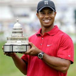 """2. Eldrick Tont Woods, detto Tiger (Cypress, 30 dicembre 1975), è un golfista statunitense.È il primo sportivo ad aver superato 1,3 miliardi di dollari di guadagni tra sponsor e vittorie. Secondo Forbes è il golfista più pagato al mondo e anche il primo fra tutti gli sportivi, con un guadagno, nel 2012, di 83,1 milioni di dollari [4] mentre nel 2014 è il 9° sportivo più pagato del mondo con 50,6 milioni di dollari guadagnati.[5]Al 2015 il suo patrimonio è stimato intorno ai 600 milioni di dollari.Nel 2007 è stato lo sportivo più pagato del mondo con oltre 122 milioni di dollari. Inoltre ha pubblicizzato la serie di videogiochi Tiger Woods PGA Tour, serie di grande successo che vede anche lui come personaggio.Woods ha vinto il Masters nel 1997 a 21 anni e 3 mesi risultando il più giovane vincitore nella storia del torneo. Ha vinto tutti i 4 tornei Major consecutivamente: dallo U.S. Open del 2000 al Masters del 2001; questa impresa è stata denominata """"Tiger Slam"""", e non """"Grand Slam"""" perché non è stata compiuta nello stesso anno solare."""