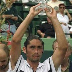 1998 - Marcelo Andrés Ríos Mayorga (Santiago del Cile, 26 dicembre 1975) è un ex tennista cileno, già numero uno del ranking ATP: è noto per avere ricoperto tale posizione per sei settimane complessive pur senza avere mai vinto in carriera un titolo del Grande Slam. Soprannominato El Chino (Il cinese) e El zurdo de Vitacura (Il mancino di Vitacura) fu il primo tennista latinoamericano a raggiungere la testa del ranking ATP, dopo avere dominato anche l'analoga classifica juniores. Si ritirò a 29 anni nel 2004 a causa di un infortunio alla schiena. Vincitore 1998 in finale contro Alberto Costa (ESP)