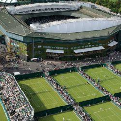 """7. Wimbledon è la culla del tennis, il luogo dove si svolge il terzo appuntamento del Grande Slam, l'unico in cui si gioca sull'erba. Capienza 15.000 posti a sedere. Qui sono in mostra numerosi cimeli: da quelli del primo campionato del 1877 fino ad una raccolta di oggetti memorabili più recenti. E'la cattedrale del tennis . Da pochi anni è in funzione un avveniristico tetto retraibile, che consente la prosecuzione degli incontri. """"ll silenzio è quello che ti colpisce quando giochi sul centrale a Wimbledon. Fai rimbalzare la palla lentamente sul morbido tappeto erboso, la lanci in aria per servire, la colpisci e senti l'eco del colpo. E di ogni colpo successivo: clac, clac, clac, clac. L'erba tagliata con cura, la ricca storia dell'antico stadio, i giocatori vestiti di bianco, gli spettatori rispettosi, la venerabile tradizione, nessun cartellone pubblicitario in vista: tutti questi elementi ti proteggono dal mondo esterno""""- e ciò che ha dichiarato Rafael Nadal su questa cattedrale del tennis"""