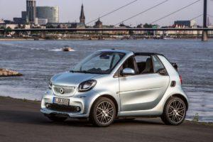 smart BRABUS fortwo cabrio; Exterieur: caribbean blue Xclusive Kraftstoffverbrauch kombiniert: 4,6 l/100 km; CO2-Emissionen kombiniert: 104 g/km; exterior: caribbean blue; Xclusive fuel consumption combined: 4.6 l/100 km; CO2 emissions combined: 104 g/km