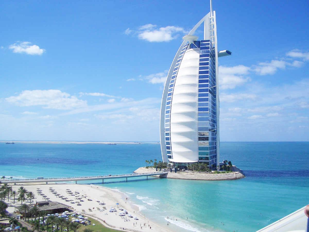 Hotel Burj Al Arab: il 7 stelle che sorge sul mare fra i più lussuosi del mon...