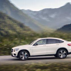 Mercedes-Benz GLC 350 e Coupé; Exterieur: diamantweiß; Interieur: designo Leder Nappa platinweiß/schwarz; Kraftstoffverbrauch kombiniert: 2,5-2,7 l/100 km; CO2-Emissionen kombiniert: 59-64 g/km;exterior: diamond white; interior: designo Nappa Platinum white/black;fuel consumption combined: 2.5-2.7 l/100 km; CO2 emissions combined: 59-64 g/km
