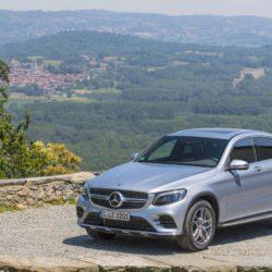 Mercedes-Benz GLC 300 Coupé; Exterieur: diamantsilber; Interieur: Leder cranberryrot/schwarz; Kraftstoffverbrauch kombiniert: ab 7,3 l/100 km*; CO2-Emissionen kombiniert: ab 165 g/km*;exterior: diamond silver; interior: leather cranberry/black;fuel consumption combined: from 7.3 l/100 km*; CO2 emissions combined: from 165 g/km**vorläufige Werte/provisional values
