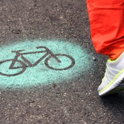 Freigelaende West: Fahrradsymbol auf Asphalt