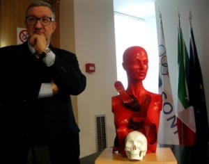 2-Guadagnuolo con la sua scultura al Palazzo del Coni Roma-
