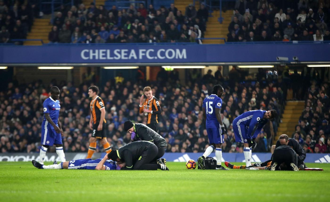 Premier League, scontro aereo durante Chelsea-Hull: Ryan Mason operato d'urgenza