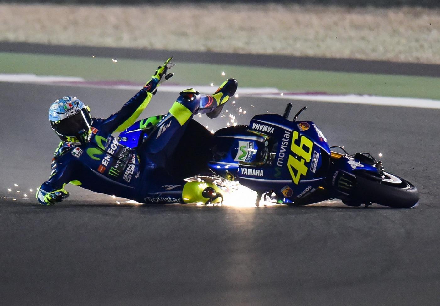 MotoGp, tutte le FOTO della caduta di ieri di Valentino Rossi