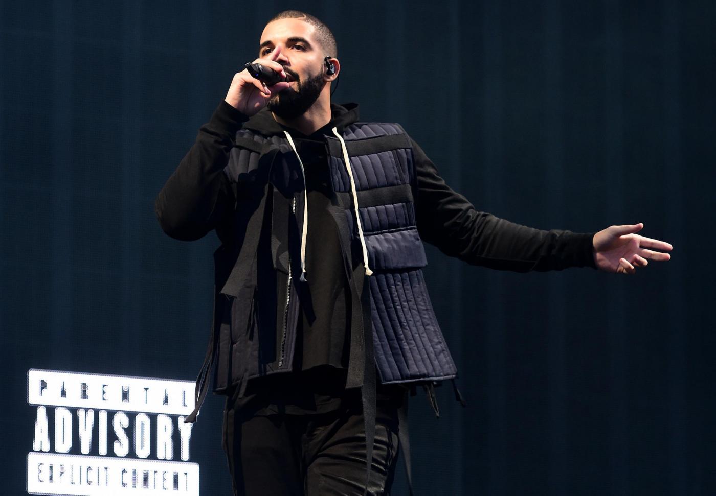 """Playoff NBA – Drake scatenato per i suoi Raptors, il coach dei Bucks protesta: """"non c'è posto per lui sul parquet"""""""
