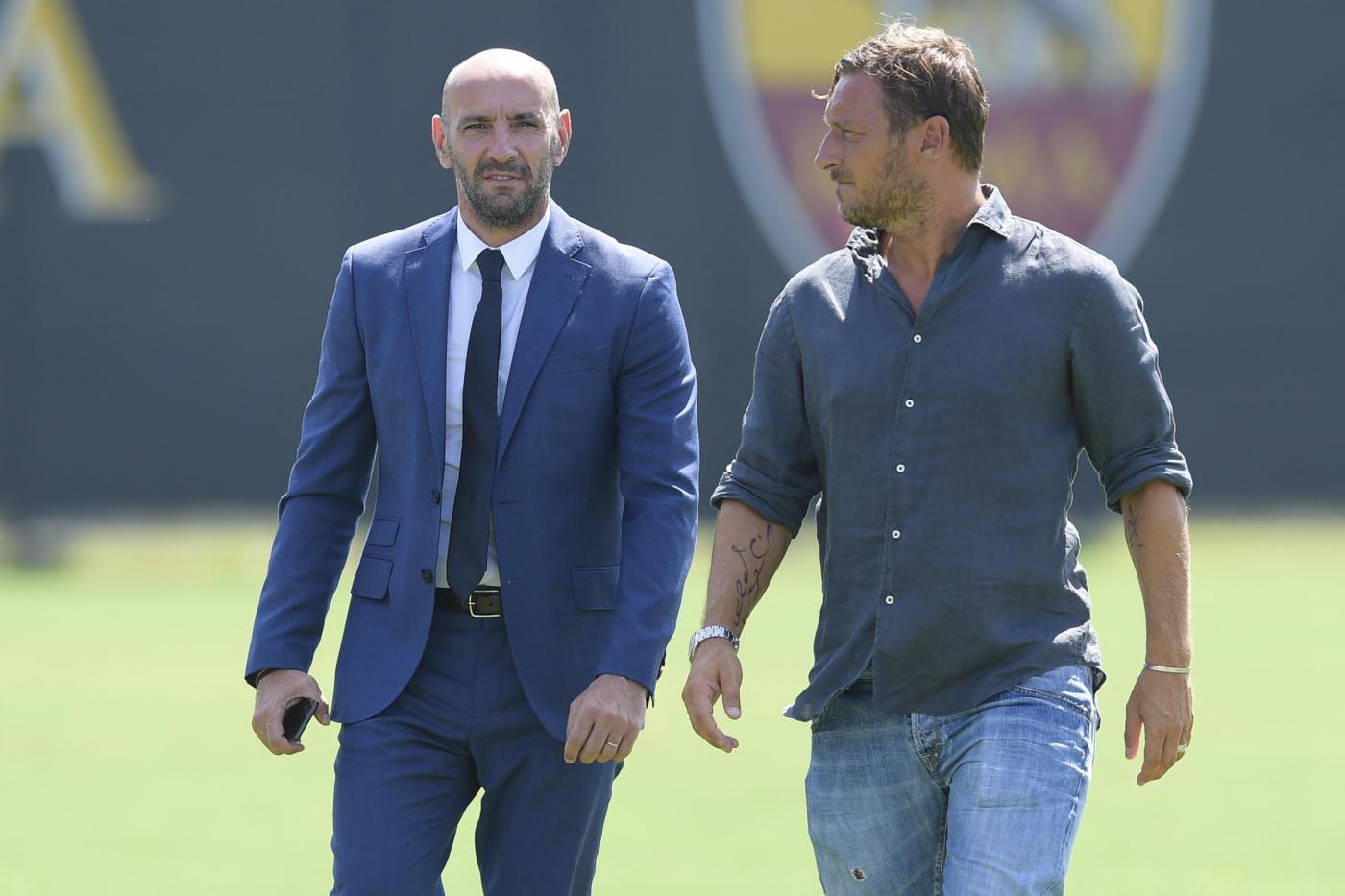 Totti a Trigoria guarda l'allenamento della Roma, primi passi da dirigente